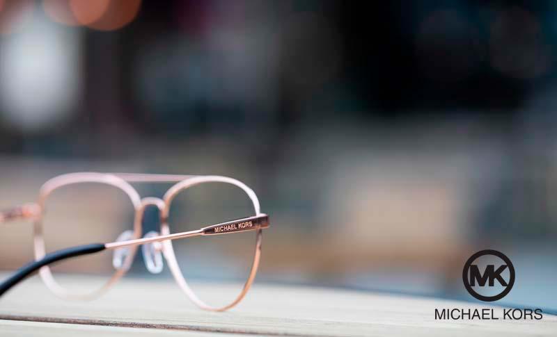 Michael kors briller med blury bakgrunn