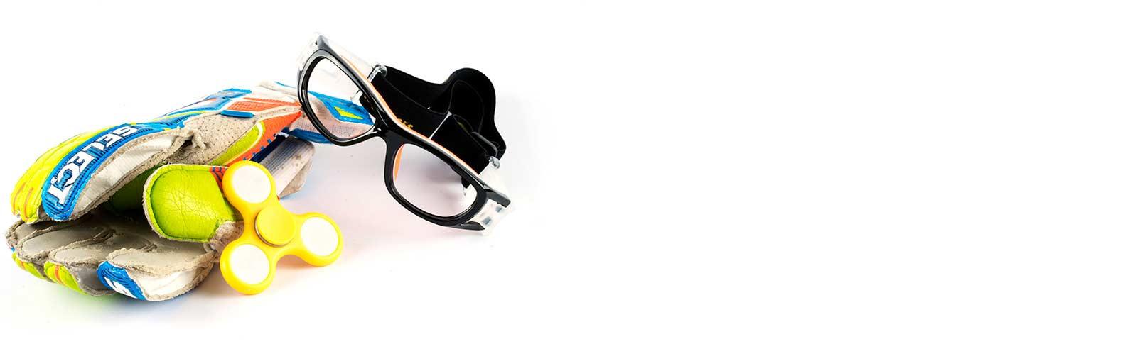 keeperhansker og en spinner som ligger ved en sportsbrille for barn