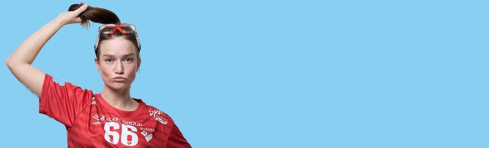 jente med basketbriller og rød sportstrøye