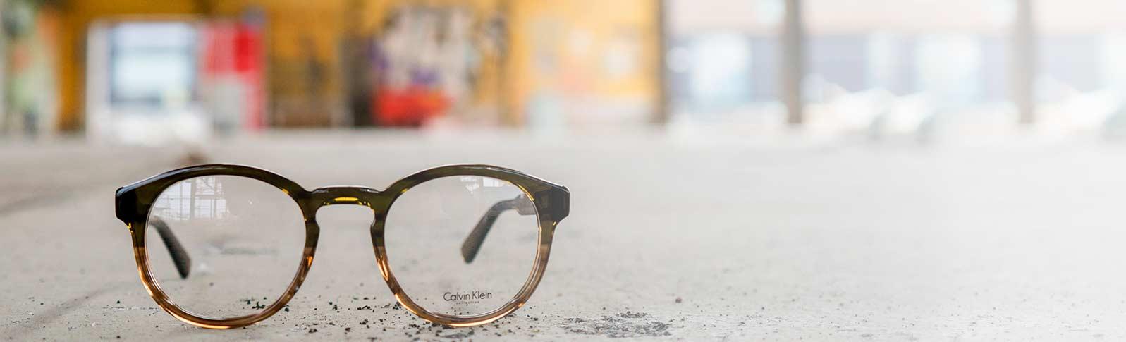 Briller fra Calvin Klein i en industriell setting