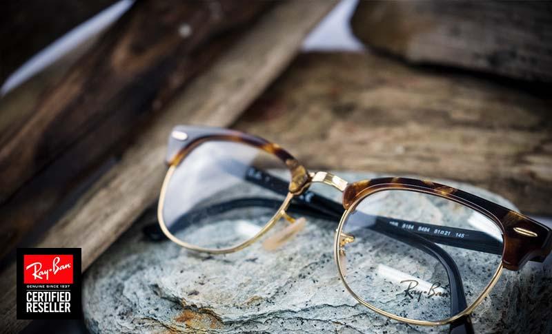 Ray-Ban-briller type browline på et bord