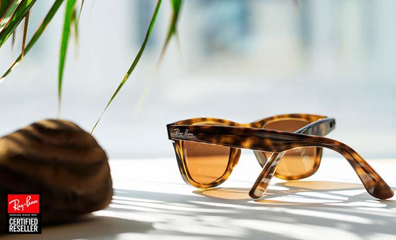 Ray-Ban Wayfarer Solbriller med styrke på en benk