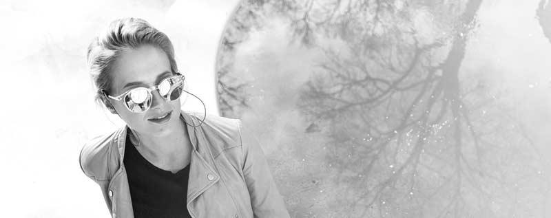 jente med solbriller på en benk