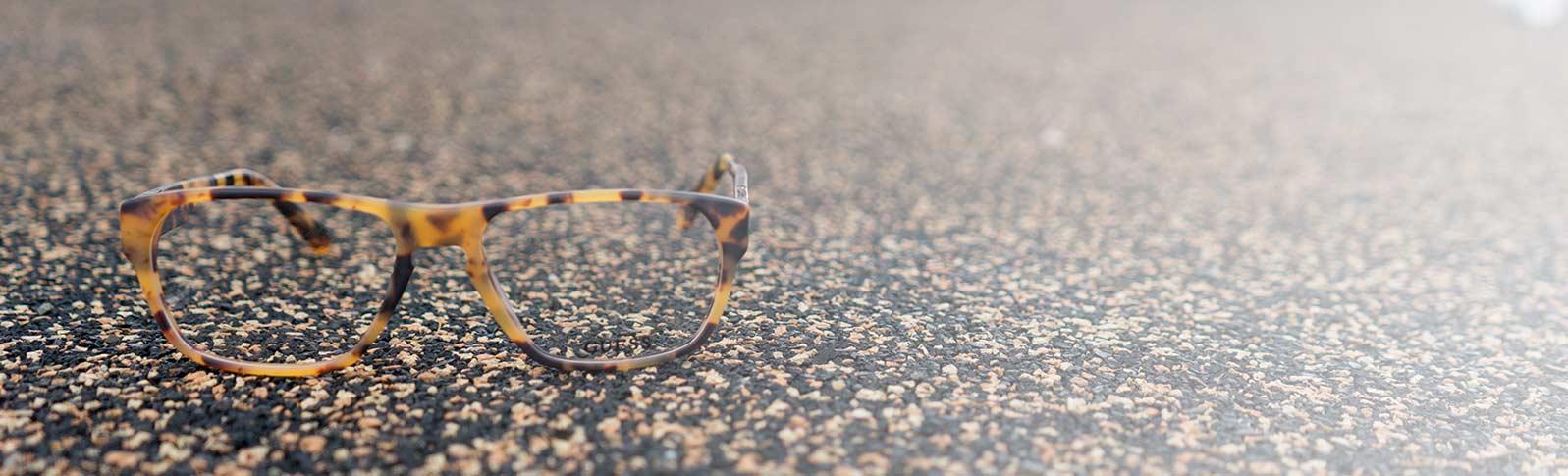 guessbriller som ligger på asfalt