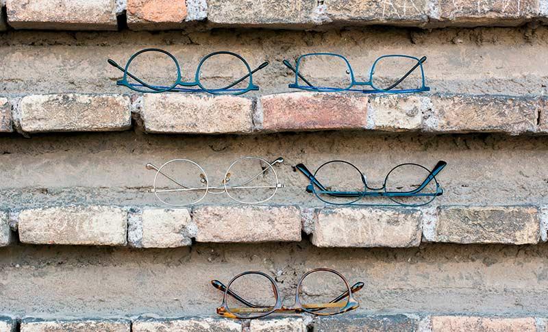 flere briller på en murvegg