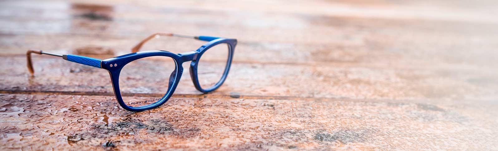 briller fra tommy hilfiger som ligger på en våt veranda